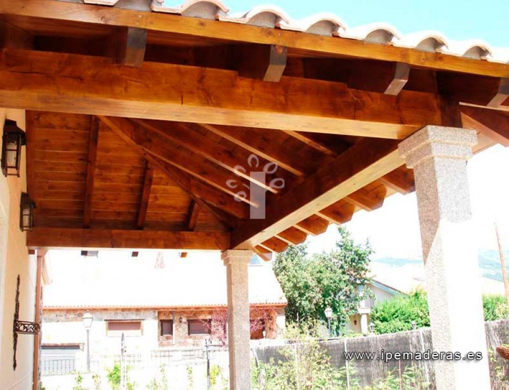 Si instalo un porche de madera de pino laminado ¿lleva mucho mantemiento?