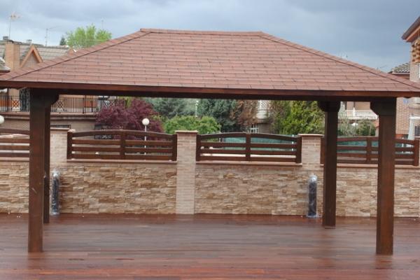 porche de madera a cuatro aguas