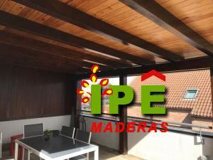 porche de madera con dos tonalidades