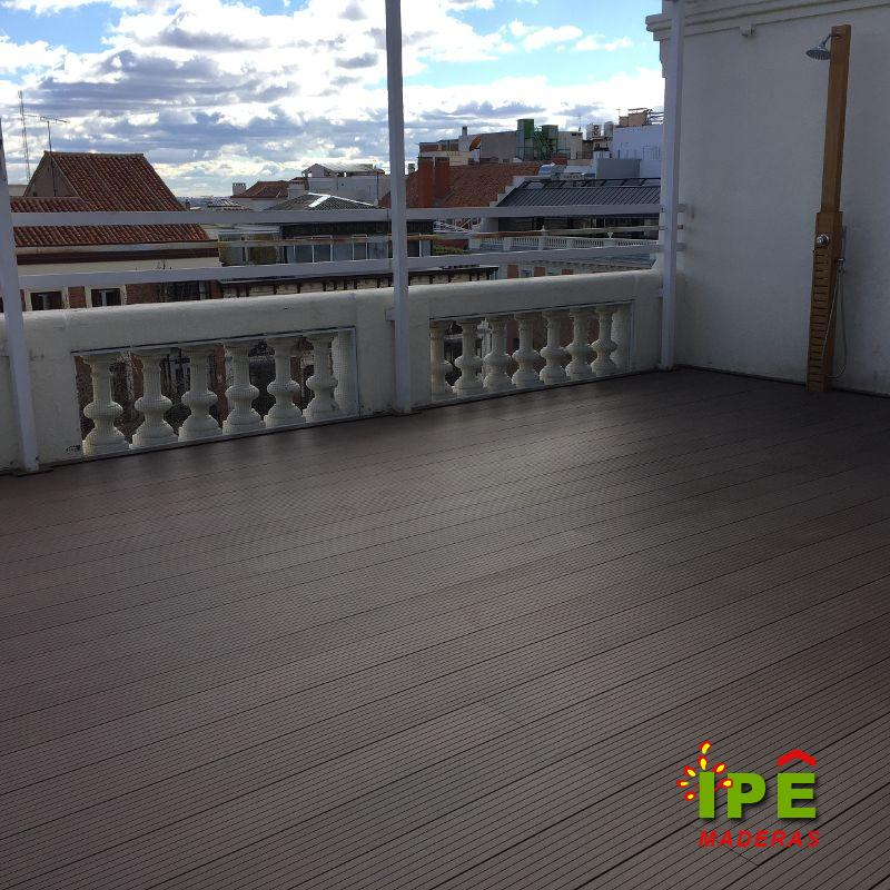 Tarima exterior sintética en terraza de hotel en Madrid