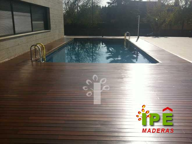 Tarima de madera exterior en piscina