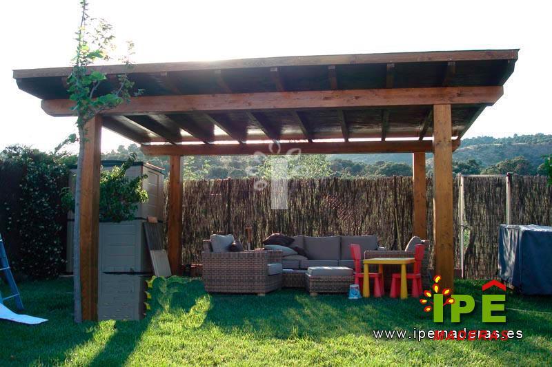 porche de madera a dos aguas