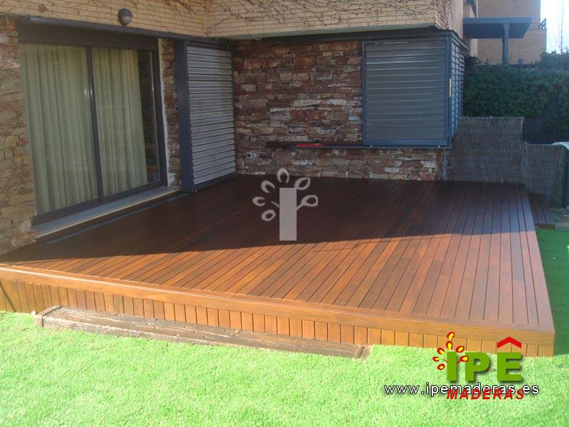 Terraza exterior de chalet con tarima de madera maciza